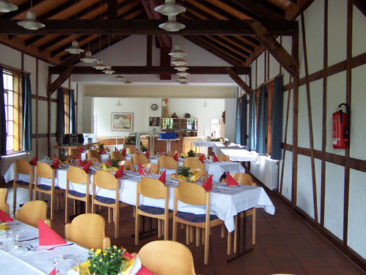 Saal, gestellt mit schrägen Tischen